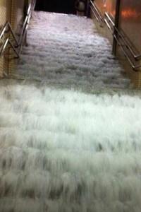 地下への階段から流れ込む雨水